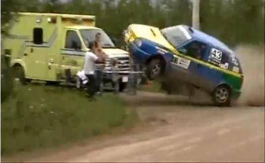 Double accident lors d'un rallye au Canada. Une Golf 3 prends mal une bosse et réalise un vol plané,...
