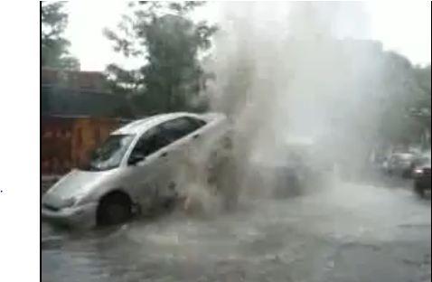 A cause de forts orages, une bouche d'égout pluviale s'est transformée en une fontaine assez puissan...