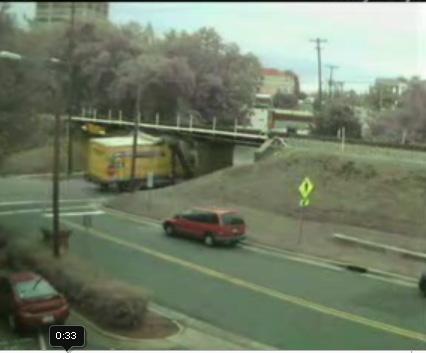 Vidéo insolite : Camions vs pont !