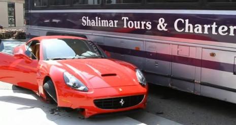 Quand une Ferrari California rencontre un bus (Vidéo)