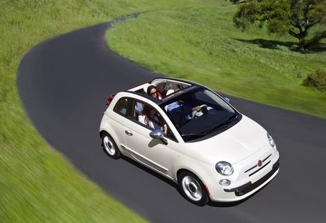 Fiat a exposé la nouvelle version de la 500 au salon de New York. La version 2012 est une décapotabl...