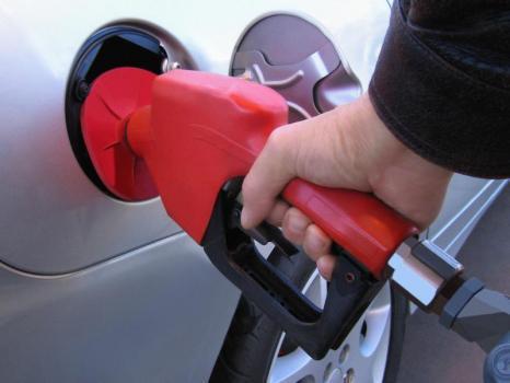 Les prix de l'essence atteignent de nouveaux sommets en France, selon les relevés fais le vendredi 1...