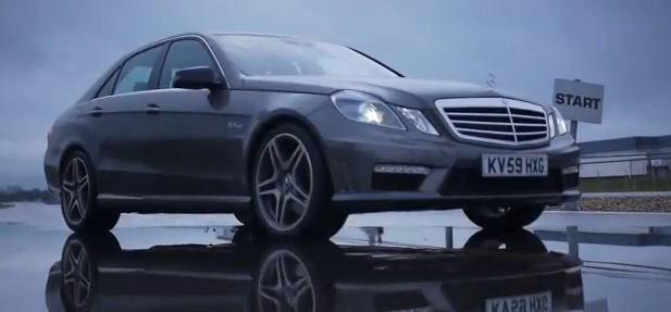 Une piste imprégnée par la pluie, un beau V8 sillonnant cette route et donnant un spectacle à vous e...