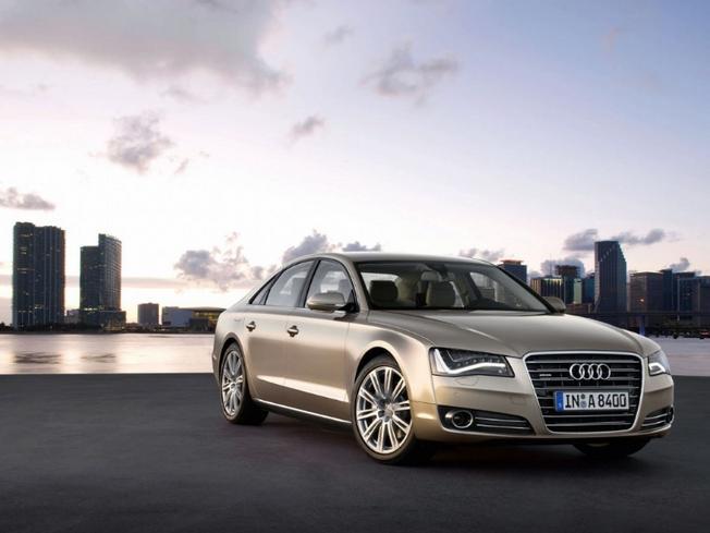 Audi vient de présenter la nouvelle A8, berline de luxe et sommet de la gamme pour la marque aux ann...