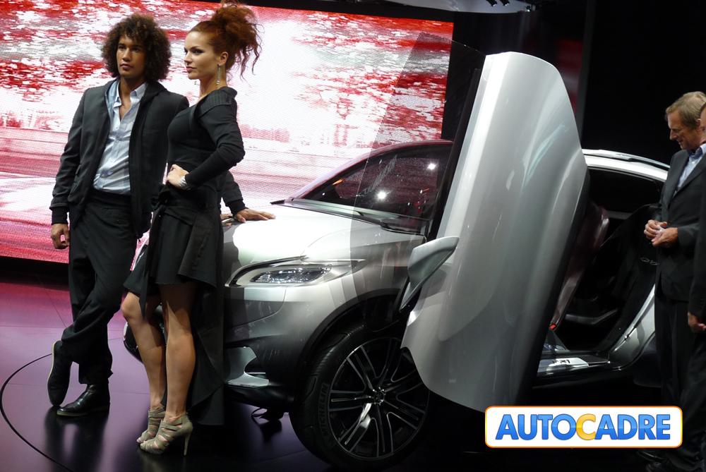 Stand Peugeot au mondial auto de Paris 2010 Nouveautés, prototypes, électriques, hybrides, hôtesses
