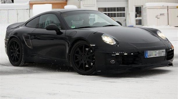 Après la Ferrari FF jouant dans la neige, c'est la petite dernière des 911 qui montre à son tour le ...