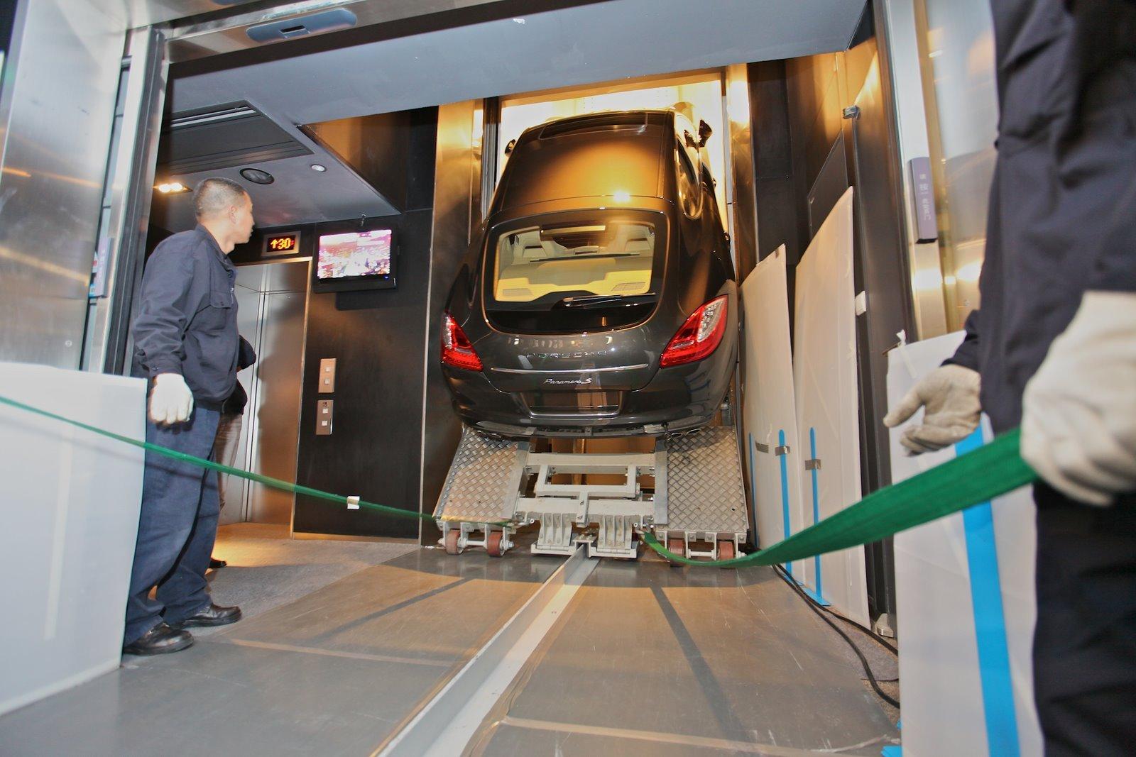 C'est par un monte-charge qu'une Porsche Panamera a été transportée, « debout », jusqu'au 94e étage ...