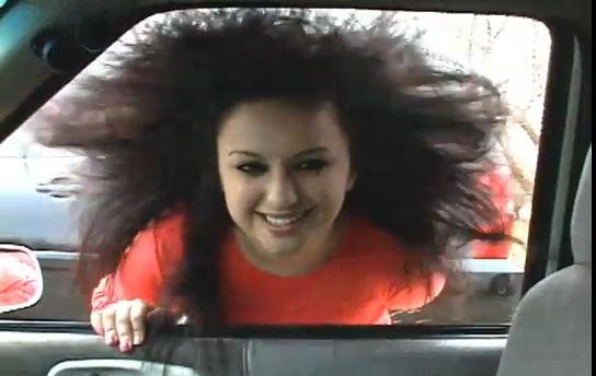 Vidéo : Quand la musique fait voler les cheveux… Vidéo insolite tuning auto