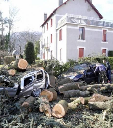 Voitures détruites par la tempête Xynthia.  Qui doit payer ?