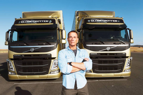 The Epic Split : le grand écart entre 2 camions de Van Damme (Vidéo)