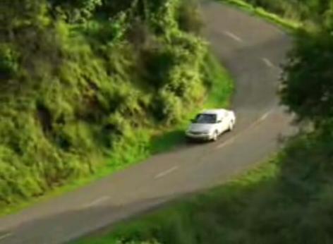 Vidéo effrayante d'une voiture en pleine nature