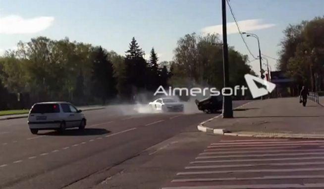Russie : Une Audi R8 fait faire un tonneau à une Lada et puis s'en va ! (Vidéo)
