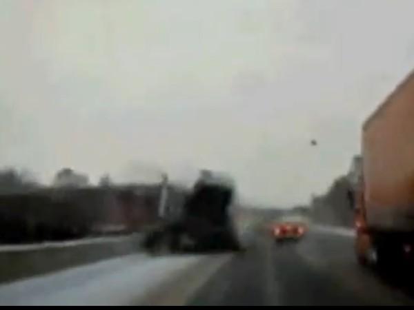 Un accident spectaculaire sur l'autoroute, un gros semi remorque sur l'une des voies opposées s'enca...