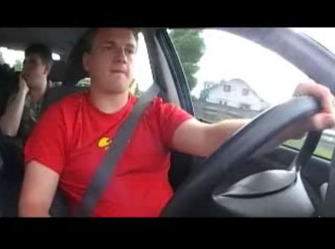 Vidéo d'un accident spectaculaire avec une Volvo V40. La voiture par en tonneau dans le fossé