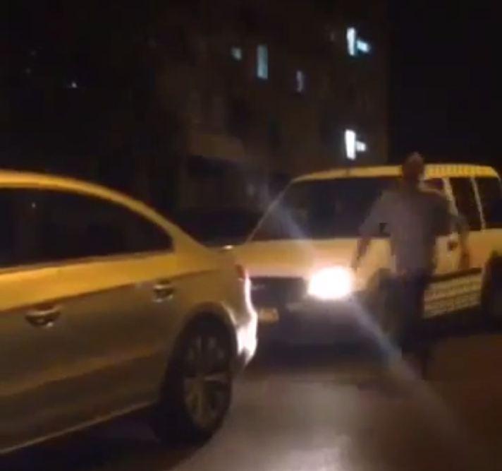 Une altercation dans la rue entre deux automobilistes tourne au ridicule (Vidéo)