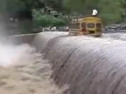 Au Nicaragua, dans une région touchée par les inondations, un pont est recouvert par de l'eau avec q...