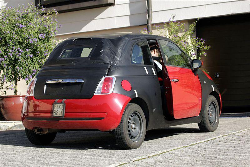 La future Fiat 500 Cabriolet a été espionnée en Italie et du coup est disponible en vidéo. Cette Fia...