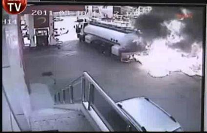 Un camion-citerne s'embrase dans une station essence, sur cette vidéo, on peut voir un camion-citern...