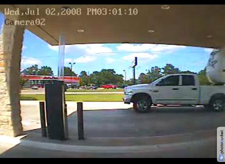 Cette scène filmée par une caméra de surveillance au Texas, montre un pick-up tractant une caravane ...