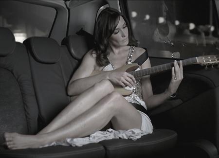 La marque de voitures italienne ne pouvait pas trouver meilleure ambassadrice que Carla Bruni pour s...