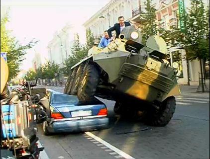 Vilnius : Les stationnements gênants sont réglés à coup de char (Vidéo)