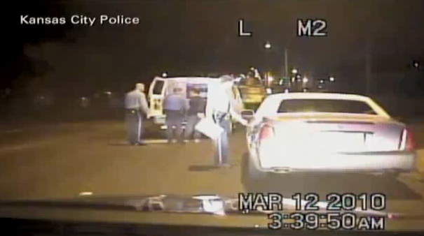 (Vidéo) Des policiers choqués tentent de sauver leurs vies Un contrôle routier qui se transforme en carambolage !