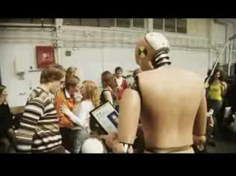Vidéo d'un crash test ou les jeunes insouciants prennent le volant sans ceintures. Publicité de la s...