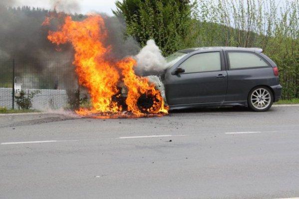 Sa voiture s'enflamme sur la voie rapide.