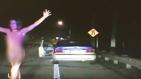 Une femme nue et bourrée se fait arrêter par la police (Vidéo)
