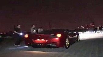 Ferrari fête ses 20 ans sur le marché chinois en laissant des marques de pneus sur la muraille de Chine ! (Vidéo)