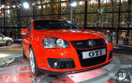 1976. Volkswagen crée l'événement avec sa Golf GTI, la première automobile à faire usage des trois l...