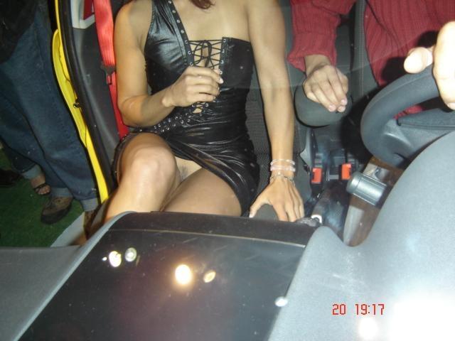 Une hôtesse du salon de l'auto sans culotte  Afin d'attirer d'avantage de visiteurs