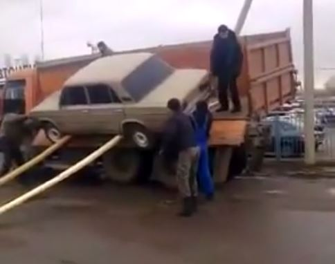 Le déchargement d'une voiture «à la Russe» (Vidéo)