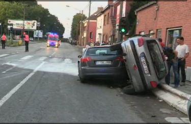 Un homme ivre provoque un accident et abandonne son fils dans la voiture en feu.