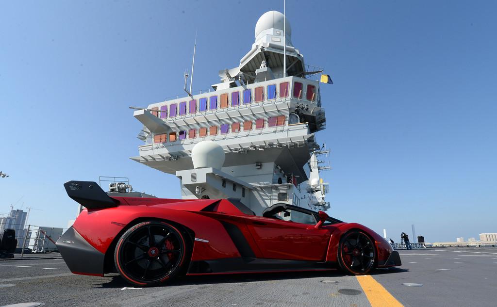 Lamborghini dévoile sa Veneno Roadster à Abu Dhabi (Vidéo)
