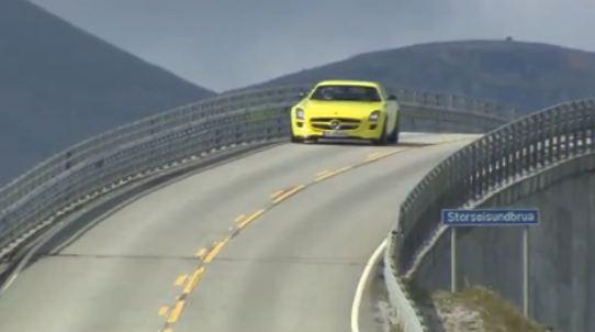 Admirez cette nouvelle Mercedes et ce magnifique paysage...