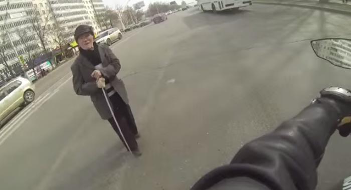 Un motard bloque la route pour laisser passer un vieil homme (Vidéo)