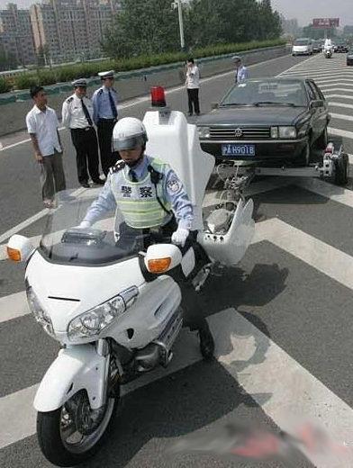 Des motos de police japonaises dépanneuses La police japonaise peut aussi jouer le rôle de fourrière
