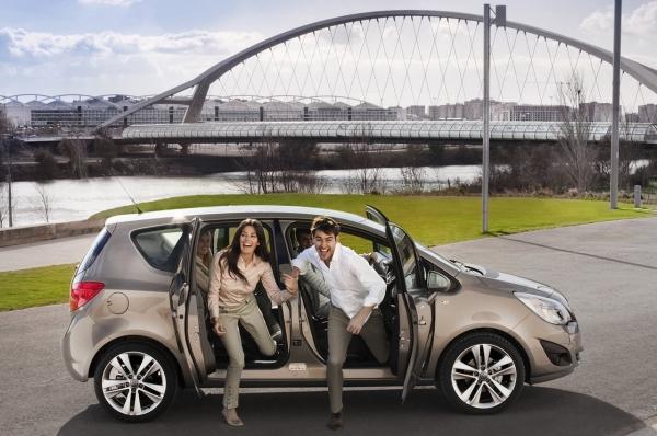 Novateur, polyvalent et élégant : l'Opel Meriva de deuxième génération, qui sera présenté en premièr...