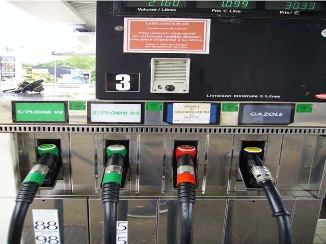 Selon l'Union française des industries pétrolières (Ufip), le prix des carburants poursuit sa tendan...