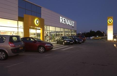 Renault tente de gagner des parts dans le marché de l'occasion en proposant 3 ans d'entretien pour u...
