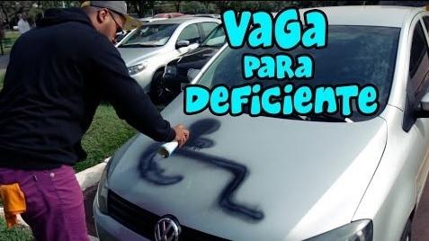 Un homme tague les voitures garées sur des places pour handicapés ! (Vidéo)