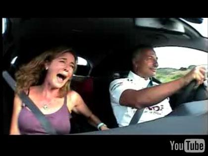 Caméra cachée de Riccardo Patrese ancien pilote de F1 (Vidéo) Dans une Honda avec sa femme