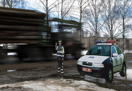Sécurité routière: des policiers en carton sur le bord des routes (Vidéo)