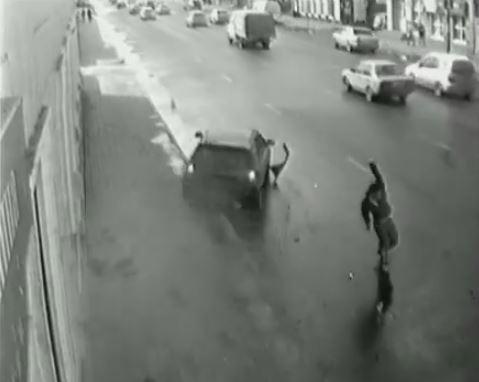 Un piéton évite de justesse une voiture qui se dirige vers lui (Vidéo)