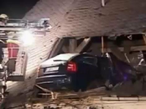 Une Skoda Octavia encastrée dans le toit d'une église (Vidéo)  La voiture a fait un saut de 30 mètres