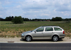 Les voitures suiveuses du Tour de France ne sont plus italiennes. Les modèles Skoda se sont imposés ...