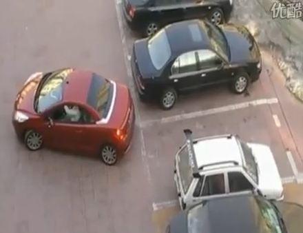 Alors que cette femme, à bord de son charmant  cabriolet se prépare à se garer, celle-ci un peu trop...