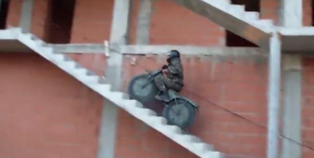 Une moto 2x2 tout terrain en plastique? c'est possible! (Vidéo)