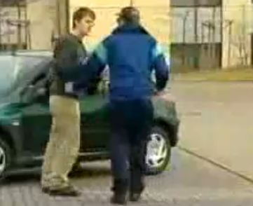 François le roi des embrouilles propose à des acheteurs potentiels des voitures sans moteurs, avec d...